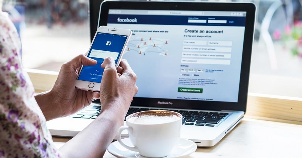 Przeglądanie Facebooka natelefonie ikomputerze