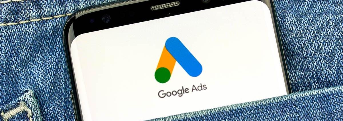 Telefon w kieszeni z logiem Google Ads na wyświetlaczu
