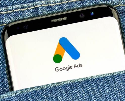 Telefon wkieszeni zlogiem Google Ads nawyświetlaczu